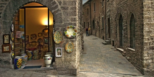 Decorative Dish Store in Gubbio